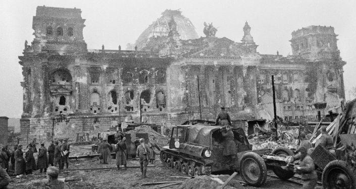 Radzieccy żołnierze w pobliżu Reichstagu.
