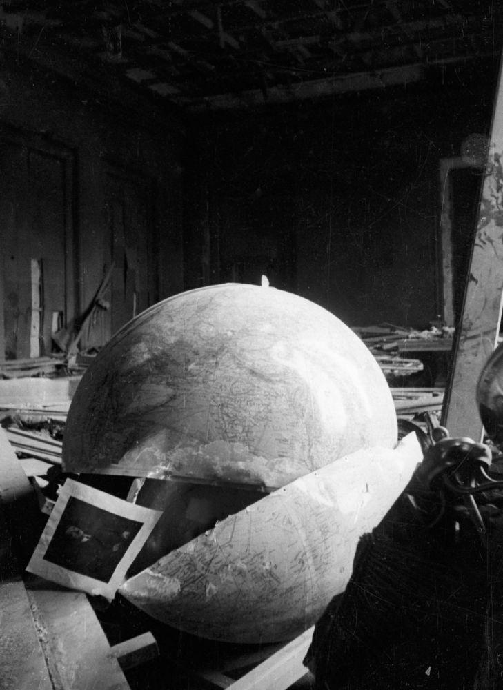 Zniszczony gabinet Adolfa Hitlera.