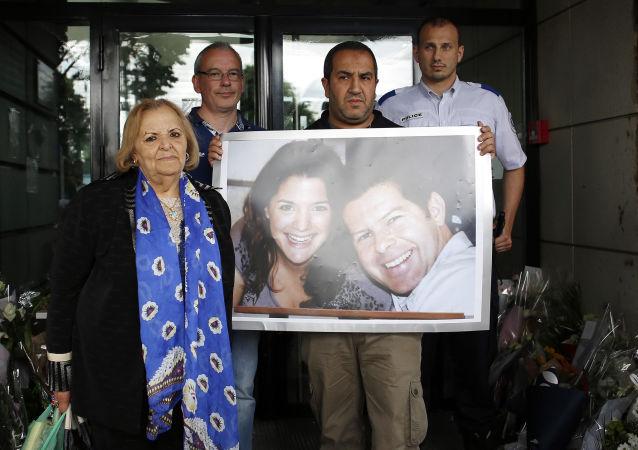 Ludzie z portretami zabitych Jean-Baptiste'a Salvaina i Jessici Schneider