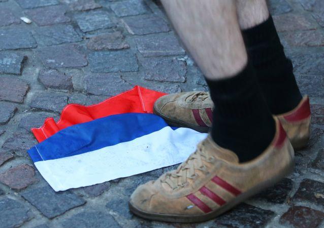 Rosyjska flaga na jednej z ulic we francuskim mieście Lille