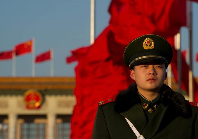 Wartownik pekińskiego Domu Zgromadzeń Ludowych w czasie zjazdu Partii Komunistycznej Chin