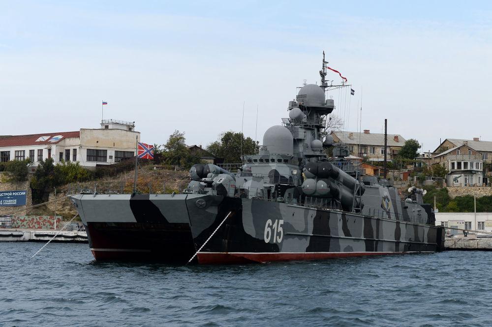 """Okręt rakietowy """"Bora"""" na poduszce powietrznej w Zatoce Sewastopolskiej"""