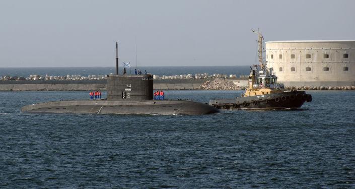 Przybycie okrętu podwodnego Floty Czarnomorskiej do portu w Sewastopolu
