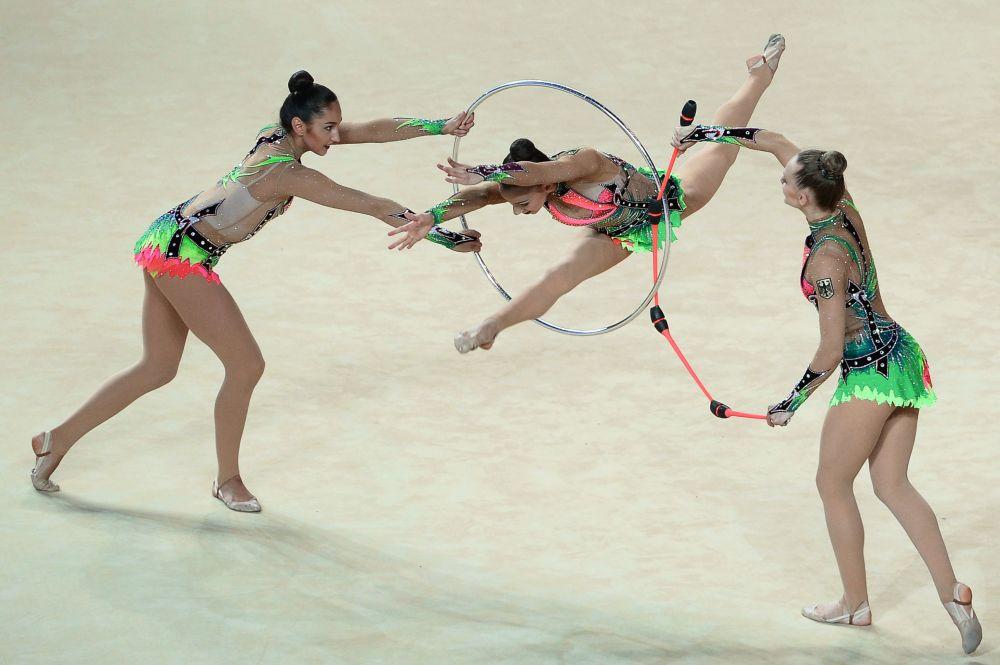 Sportsmenki reprezentacji Niemiec wypełniają ćwiczenia grupowe z sześcioma maczugami i dwiema obręczami na Mistrzostwach Europy w gimnastyce artystycznej w izraelskim Holonie