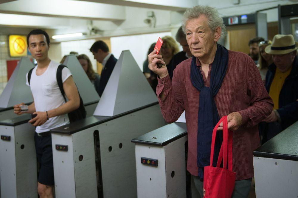 Brytyjski aktor sir Ian  McKellen przechodzi przez bramkę biletową w moskiewskim metrze