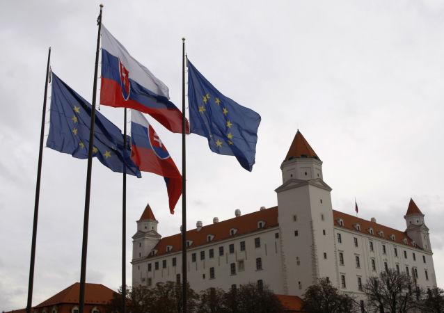 Flagi Słowacji i UE w Bratysławie