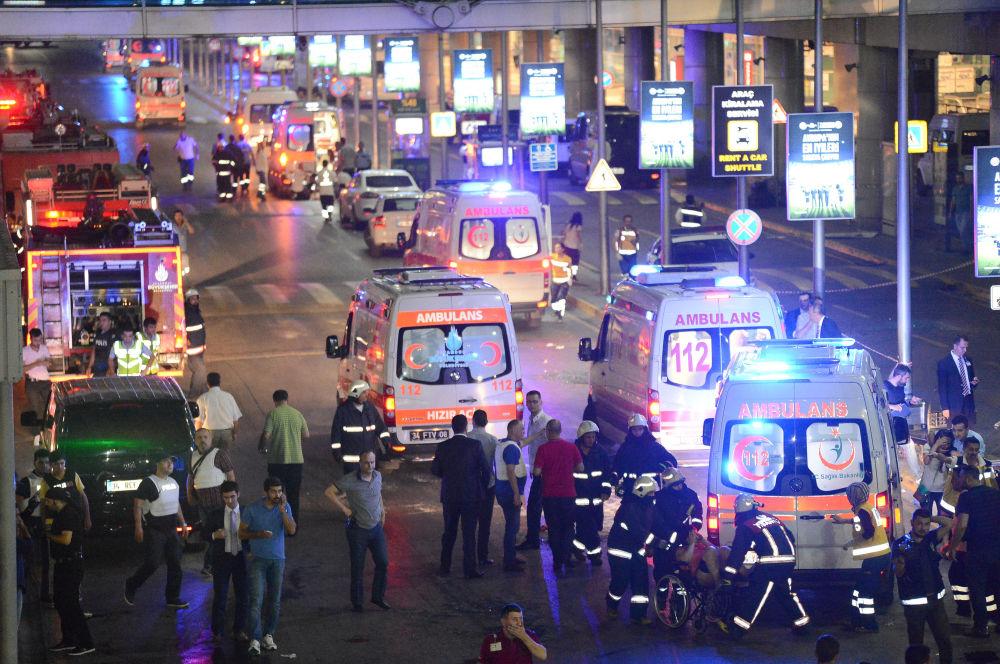 Karetki pogotowia na lotnisku po serii zamachów