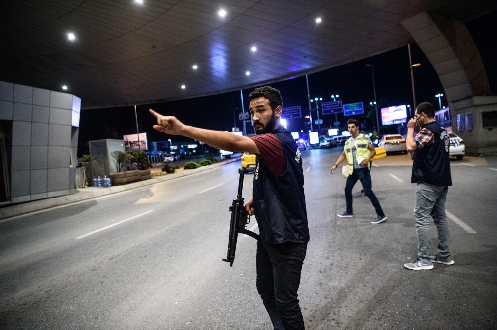 Turecka policja na terenie lotniska Ataturk w Stambule