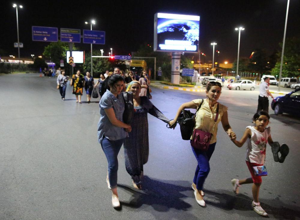 Ewakuacja ludzi z terenu lotniska Ataturk po serii zamachów