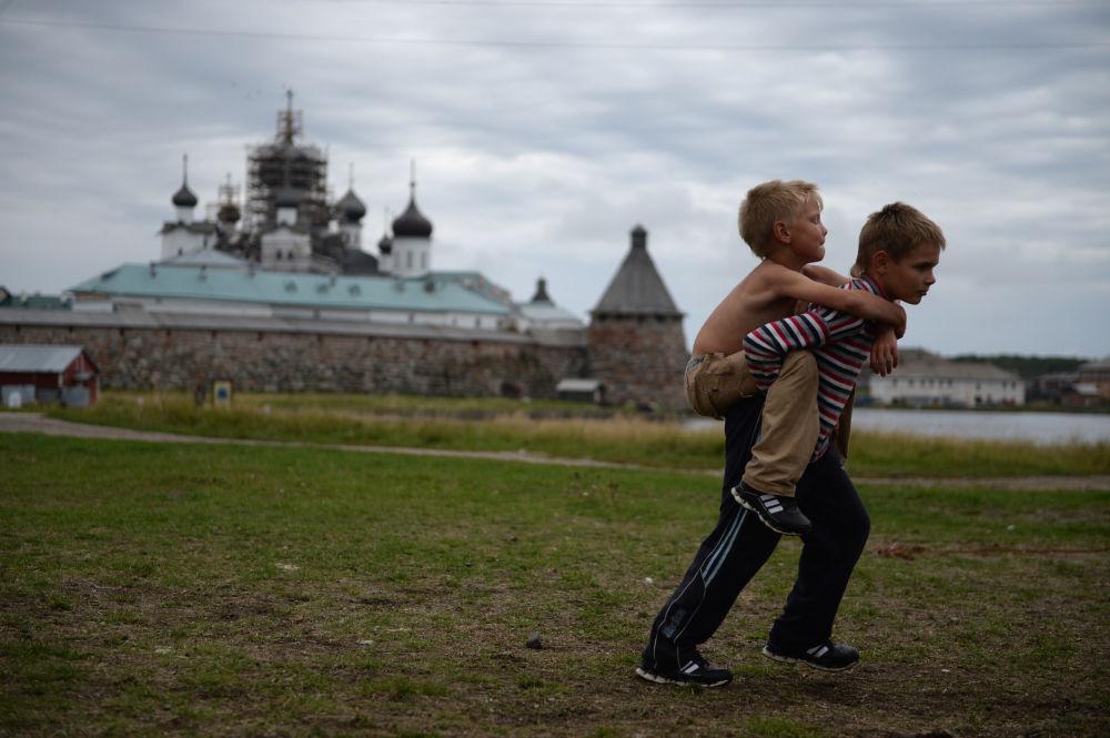 Dzieci na Wyspie Sołowieckiej w obwodzie archangielskim