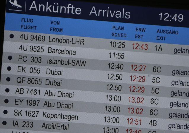Tablica przylotów na lotnisku w Düsseldorfie