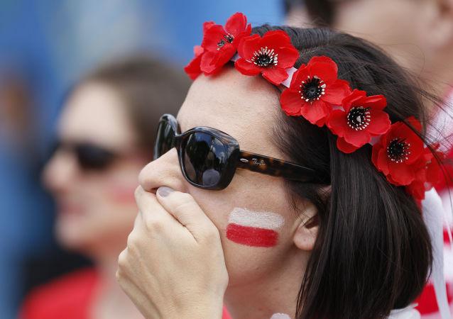 Polska kibicka w Marsylii na meczu pomiędzy reprezentacjami Polski i Szwajcarii podczas Mistrzostw Europy w piłce nożnej.