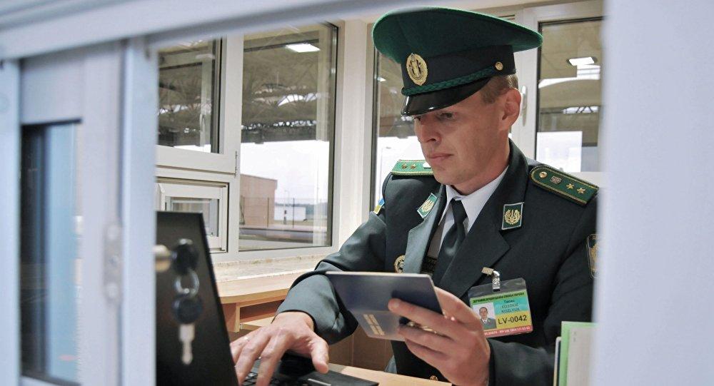 Funkcjonariusz ukraińskiej straży granicznej na przejściu  Uhrynów-Dołhobyczów