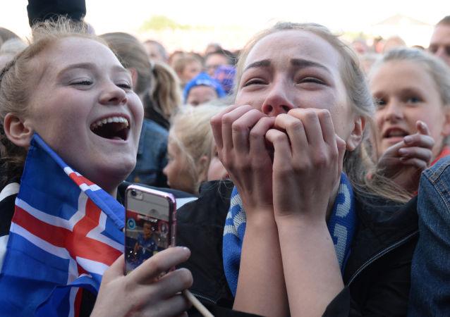 Dziesiątki tysięcy wiwatujących fanów piłki nożnej z flagami wyszły na ulice Reykjavíku