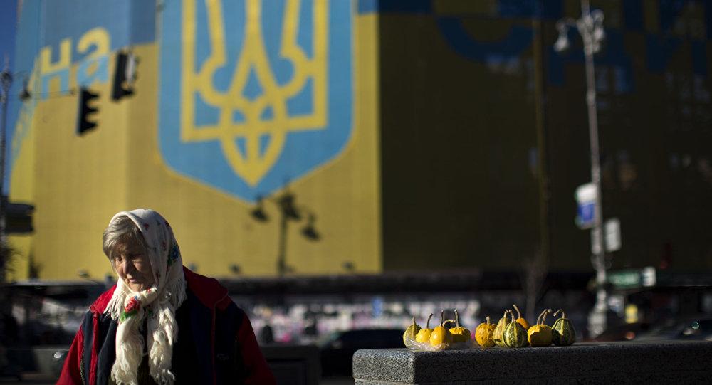 Kobieta sprzedaje warzywa na ulicy Kijowa.