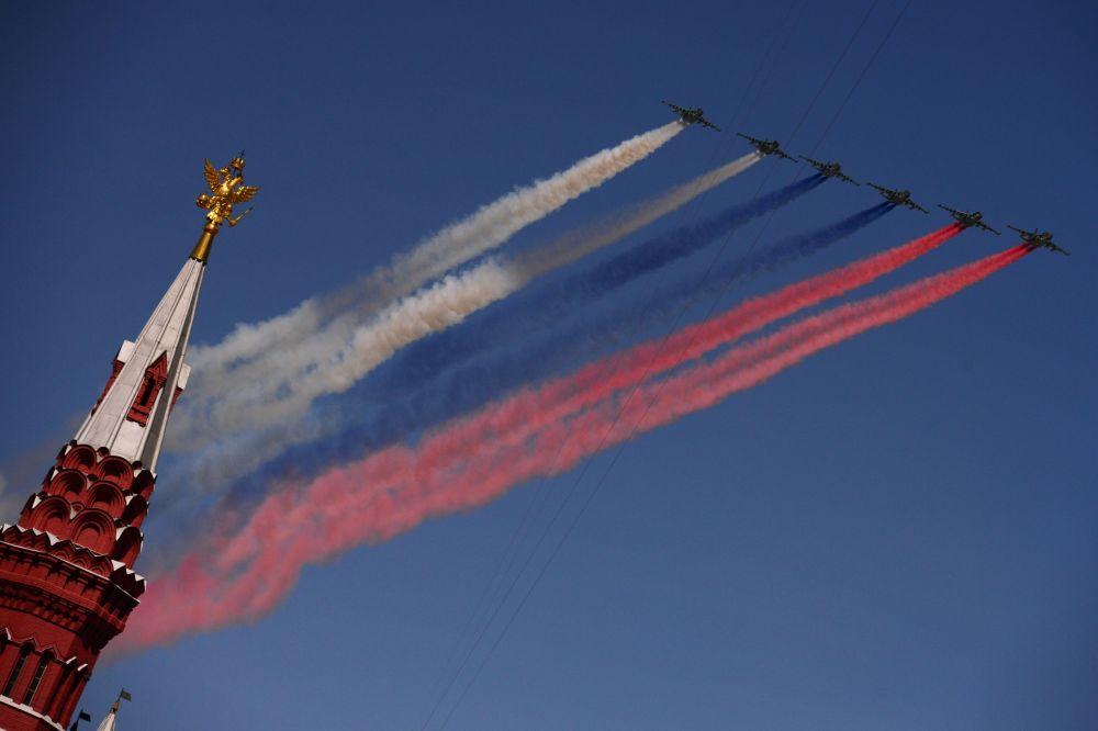 Samolote szturmowe Su-25 w niebie nad Placem Czerwonym