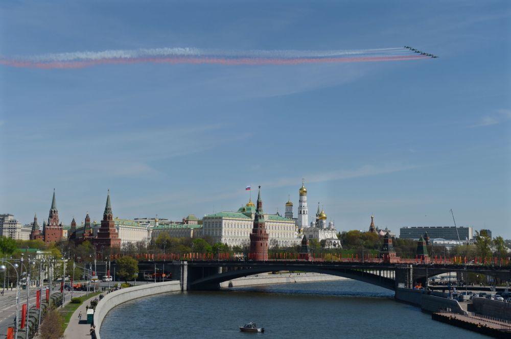 Samolote szturmowe Su-25 podczas próby generalnej Defilady Zwycięstwa na Placu Czerwonym, Moskwa, 7 maja 2015
