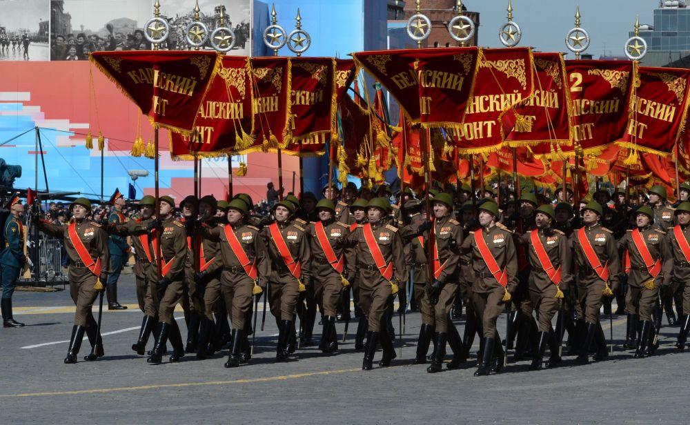 Przejście pocztu sztandarowego ze sztandarami grupy 10 frontów końcowego etapu Wielkiej Wojny Ojczyźnianej