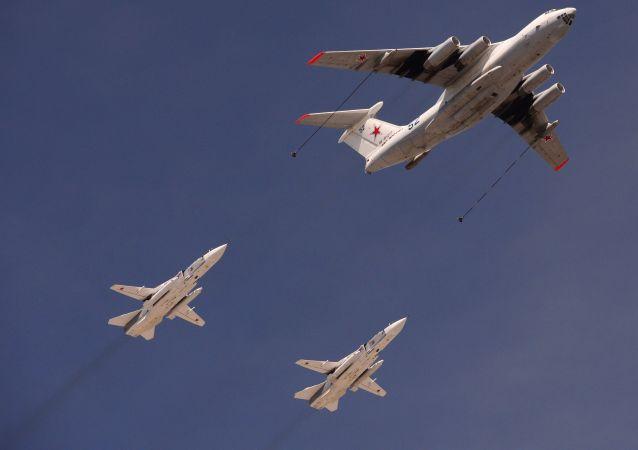 Tankowiec Ił-78 oraz dwusilnikowe samoloty bombowe Su-24 demonstrują tankowanie w powietrzu