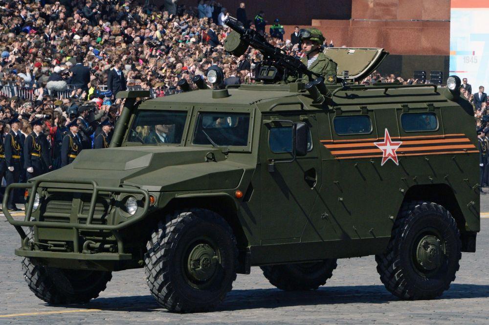 """Kolumna samochodów pancernych """"Tigr"""" podczas próby generalnej Defilady Zwycięstwa na Placu Czerwonym, Moskwa, 7 maja 2015"""