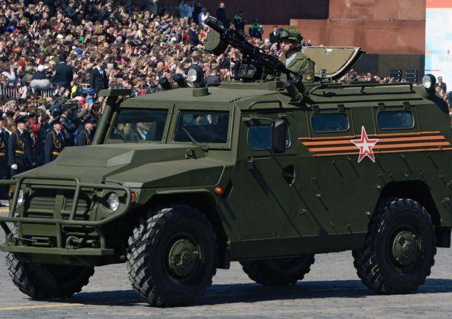 """Kolumna samochodów pancernych """"Tigr"""" na Placu Czerwonym"""