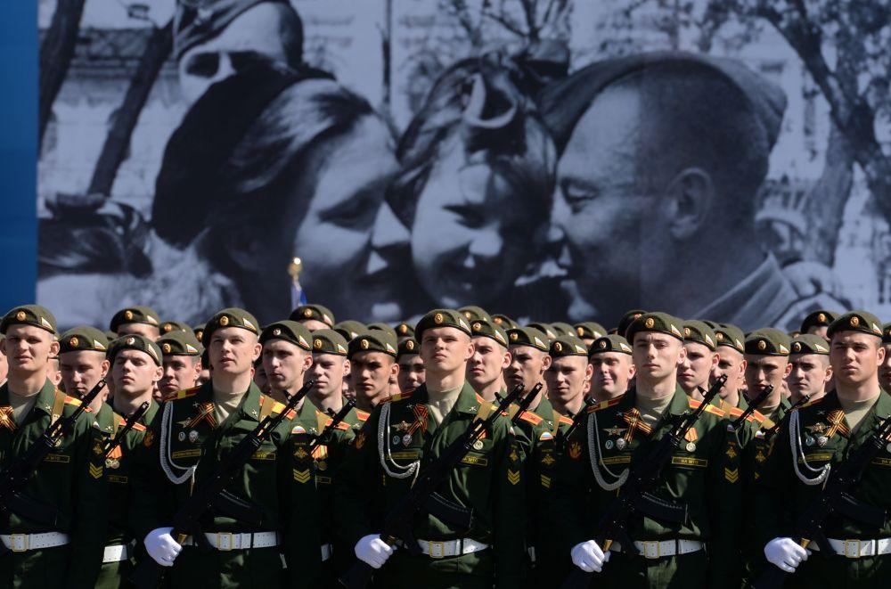 Wojskowi pocztów sztandarowych podczas próby generalnej Defilady Zwycięstwa na Placu Czerwonym