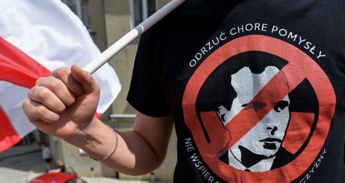 Tymczasem Ukraina heroizuje UPA (zakazaną w Rosji) i jej liderów – Stepana Banderę i Romana Szuchewycza. Wywołuje to falę krytyki ze strony licznych weteranów II wojny światowej oraz polityków, którzy obwiniają banderowców za współpracę z nazistami.