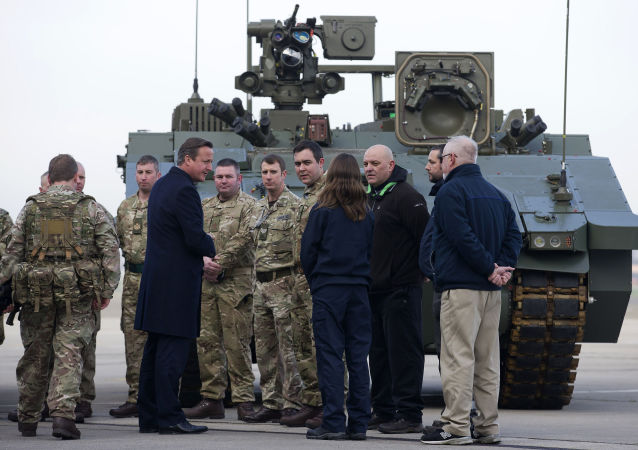 Premier Wielkiej Brytanii David Cameron podczas wizyty w bazie Sił Powietrznych w Northolt