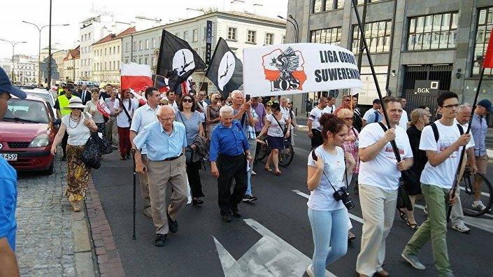 Marsz i Apel Wołyński na ulicy Nowy Świat