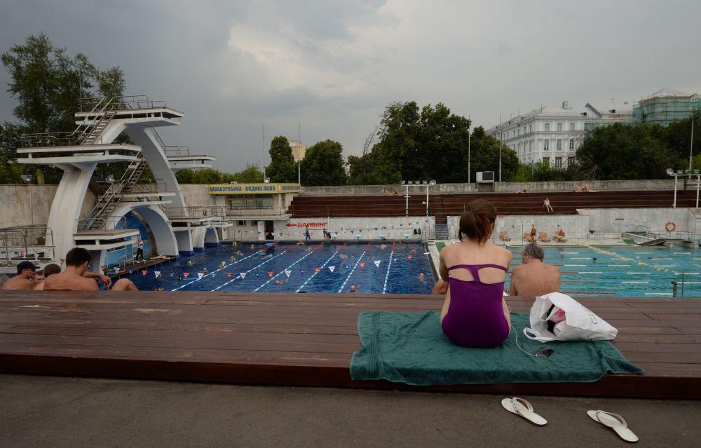 Odkryty basen Czajka w Moskwie.