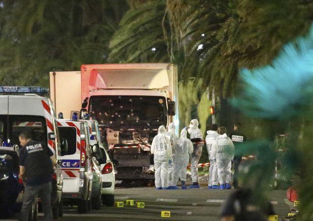 Rozpędzona ciężarówka wjechała w tłum ludzi na Promenadzie Anglików w Nicei. Następnie kierowca wysiadł z pojazdu i otworzył ogień. Zginęły 84 osoby, w tym dzieci, a ponad 100 zostało rannych. Wśród ofiar są obcokrajowcy.