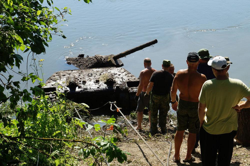 """Czołg odkryli wiosną tego roku specjaliści parku """"Patriot"""". Maszyna znajdowała się w rzece Don na głębokości 6-7 metrów niedaleko wsi Ukraińska Bujłowka w regionie Podgorenskim w obwodzie woroneskim."""
