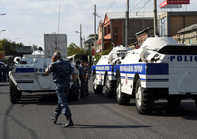 Policja na ulicach Erywania przed zajętym przez uzbrojonych ludzi posterunkiem policji