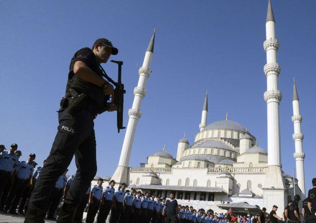Turecki policjant niedaleko meczetu Kocatepe w Ankarze po próbie puczu