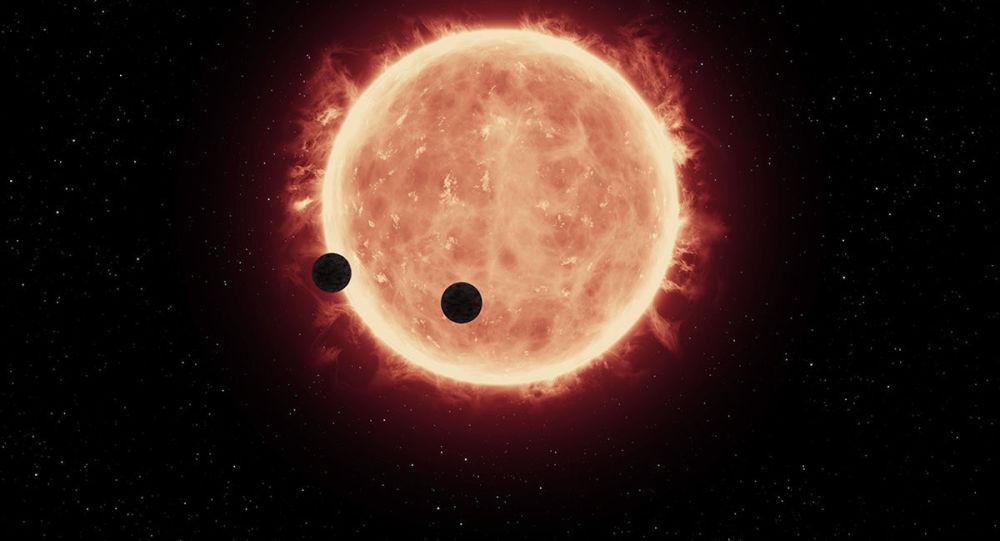 Artystyczne przedstawienie dwóch planet TRAPPIST-1b i TRAPPIST-1c na tle czerwonego karła