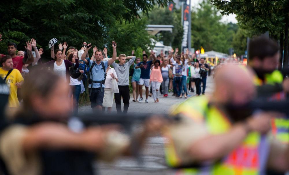 Niemieckie media poinformowały, że jeden ze sprawców popełnił samobójstwo w pobliżu centrum handlowego. Policja nie potwierdza tej informacji.