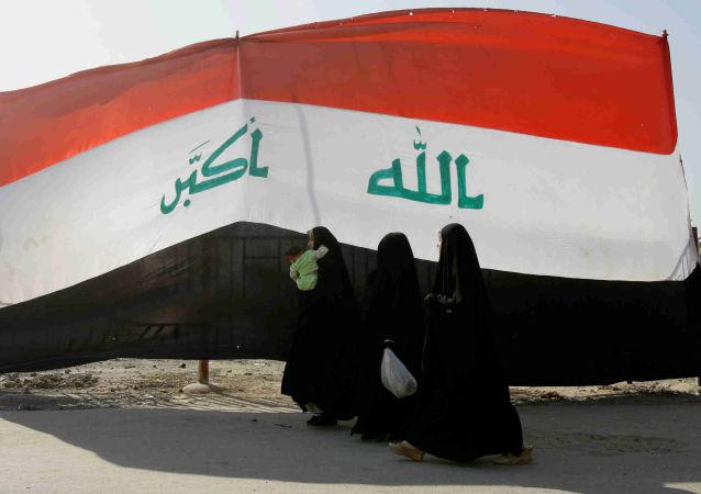 Szyickie kobiety na tle flagi Iraku, Bagdad