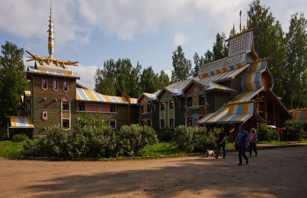 Hotel dla turystów w skansenie Mandrogi w obwodzie leningradzkim.