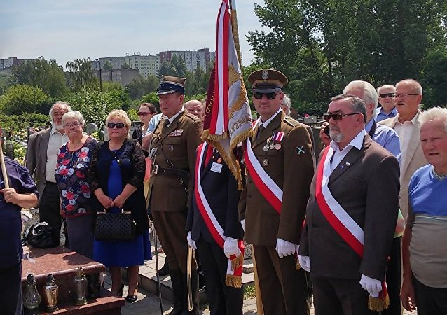 Uroczystości związane z 15. rocznicą śmierci Edwarda Gierka na cmentarzu parafialnym w Sosnowcu przy ulicy Zuzanny.