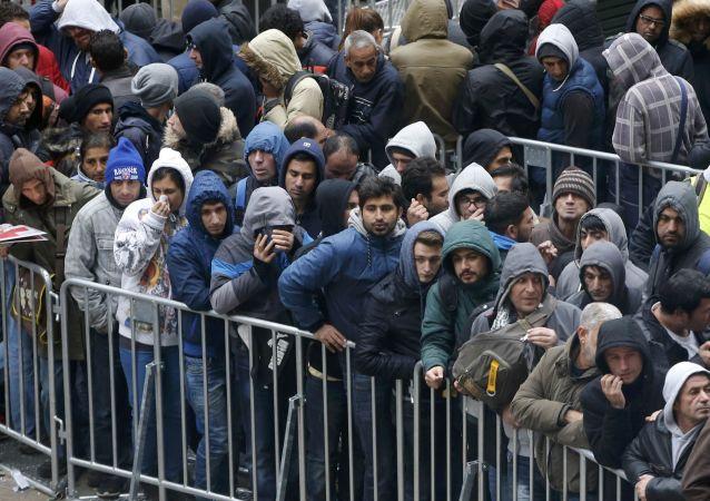 Uchodżcy stoją w kolejce do rejestracji w Berlinie