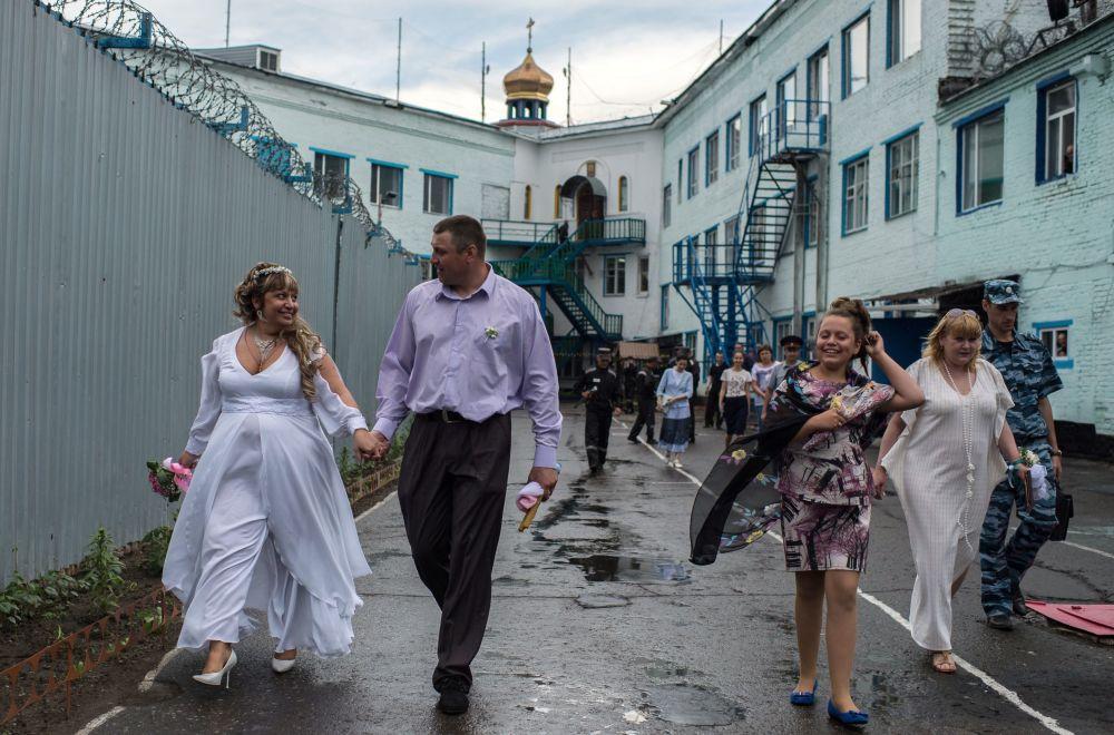 Ślub w kaplicy na terenie kolonii karnej w Omsku.