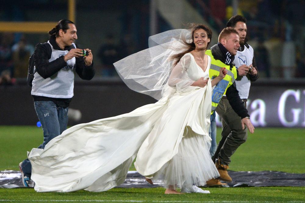 Panna młoda na boisku podczas meczu między włoskimi klubami Catania i Juventus.