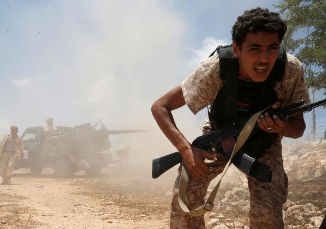 """""""Kiedy wszyscy krzyczą Allahu Akbar (Bóg jest wielki), wiem, że zaraz zacznie się ostrzał…"""" Tak mówi fotograf agencji Reuters Goran Tomasevic, który podróżuje do Libii od rewolucji w 2011 roku, próbując uchwycić ból i politykę kraju w stanie wojny z samym sobą."""