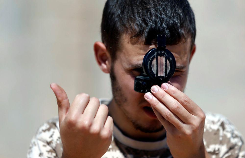 Państwo Islamskie przejęło kontrolę nad Syrtą – rodzinnym miastem Kaddafiego – w ubiegłym roku. Grupy militarne przekształciły miasto w swój północnoafrykański bastion, rozciągając swoją kontrolę wzdłuż 250 km linii granicznej Libii.