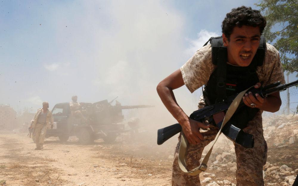 Libijscy przedstawiciele rządu mówią, że w mieście obecnie znajduje się kilkuset bojowników, łącznie z wyspecjalizowanymi snajperami, z których niektórzy stają do walki w jeansach i klapkach.