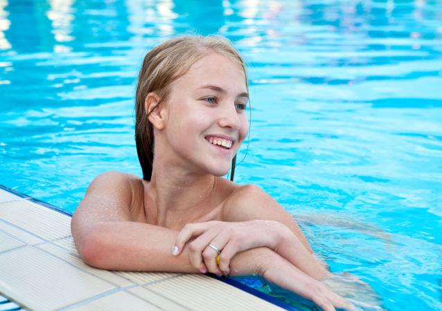 Dziewczyna w basenie.