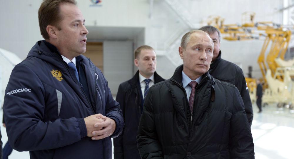 Dyrektor generalny Roskosmosu Igor Komarow i prezydent Rosji Wadimir Putin podczas kontroli prac w kosmodromie Wostocznyj