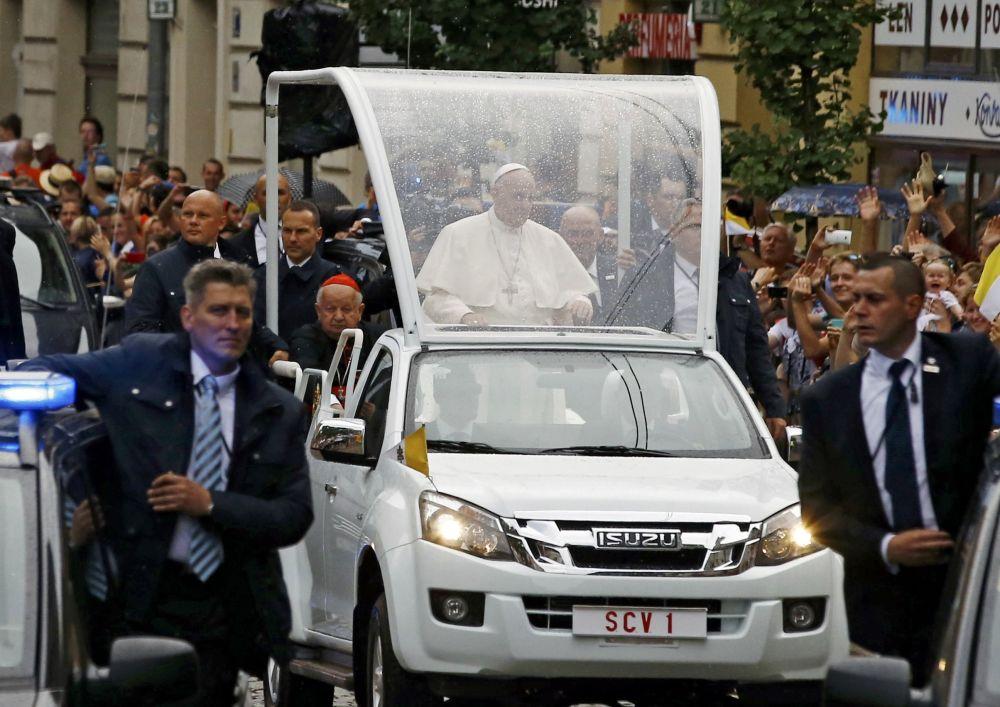 Papież przejeżdża ulicami Krakowa