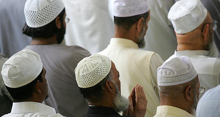 Muzułmanie podczas nabożeństwa w meczecie