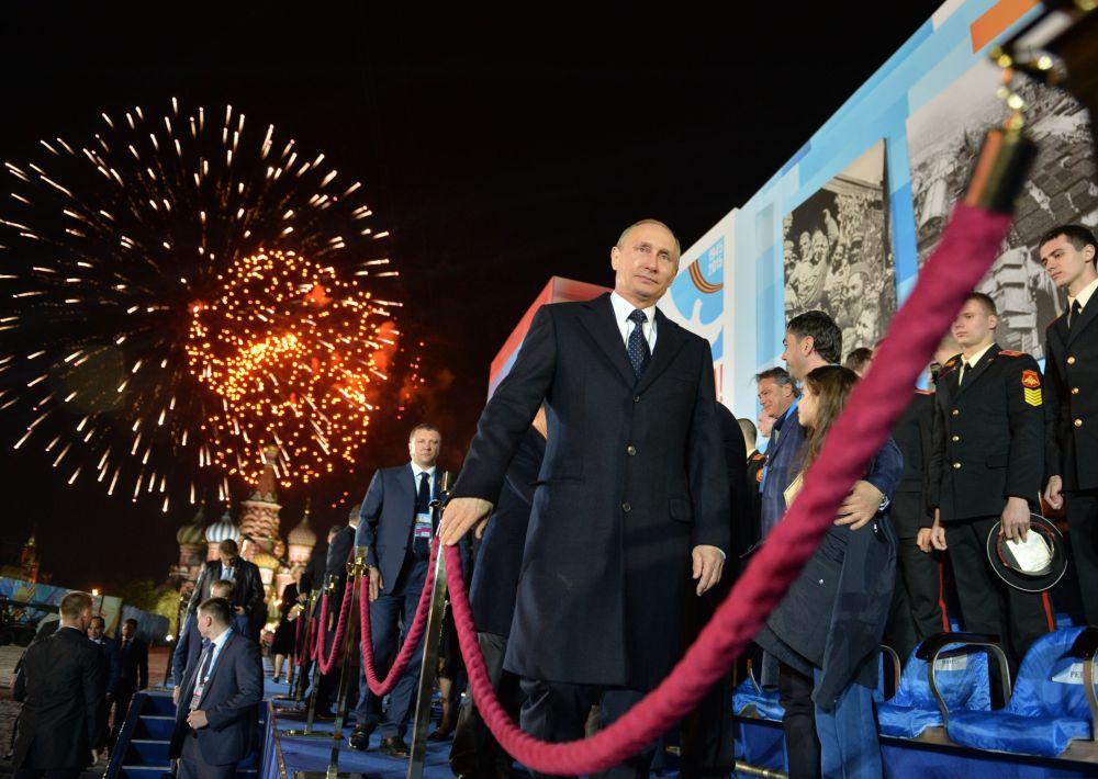 Prezydent Rosji Władimir Putin po koncercie z okazji 70. rocznicy zwycięstwa nad hitlerowskimi Niemcami